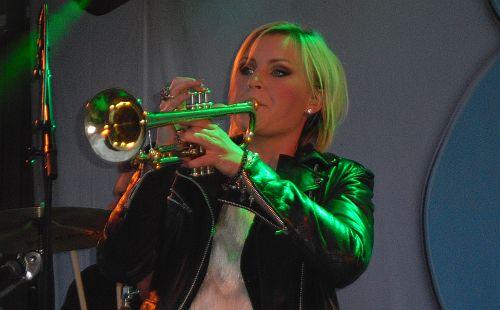 Elisa spelar trumpet
