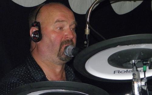 Jerka sjunger och lirar trummor