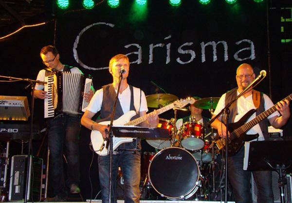 Carisma på scenen. Bilden lånad från bandets hemsida