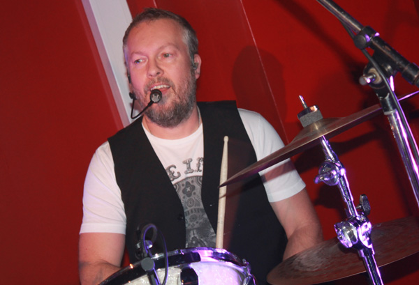 Tommy bakom trummorna