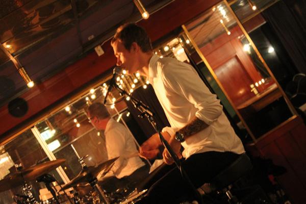 Tim sjunger och spelar trummor