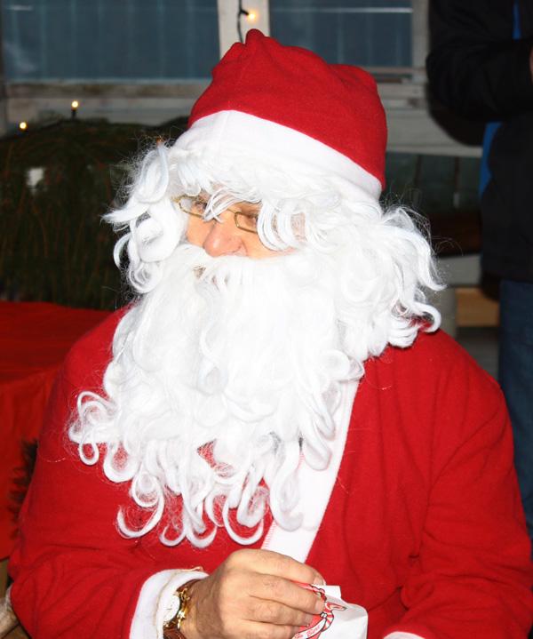 Tomten kom på besök vid Julmarknad vid Kväggeshyttans bygdegård