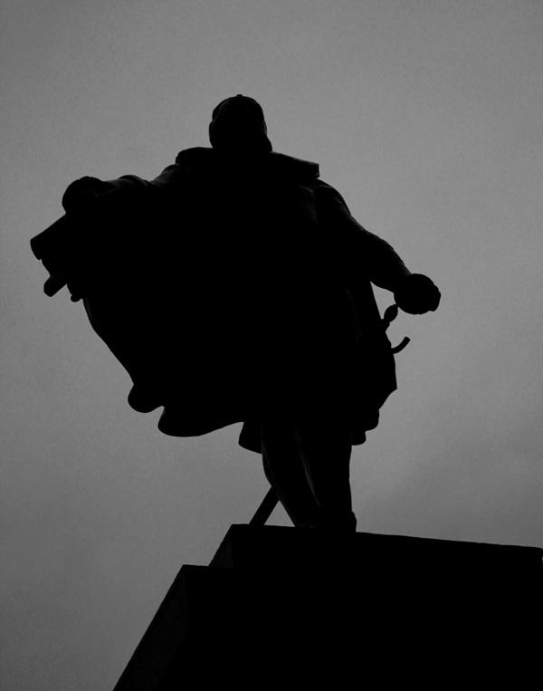 En staty över Karl IX, stadens grundare, vid älven framför residenset.