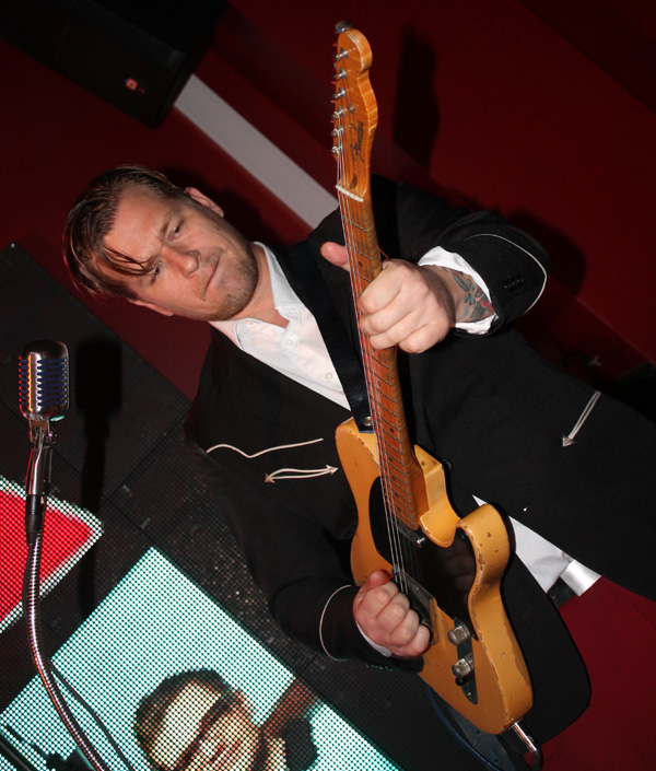 "Anders ""Rubber Duck"" Svensson showade med sin gitarr,"