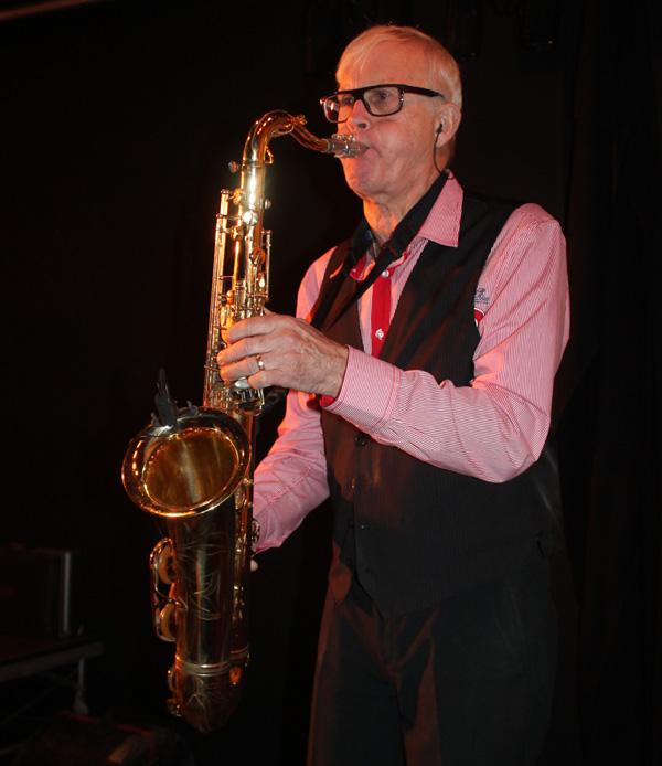 Krister Karlsson spelar både saxofon, klarinett flöjt