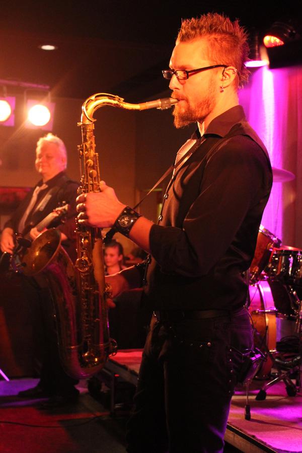 Daniel blåser saxofon
