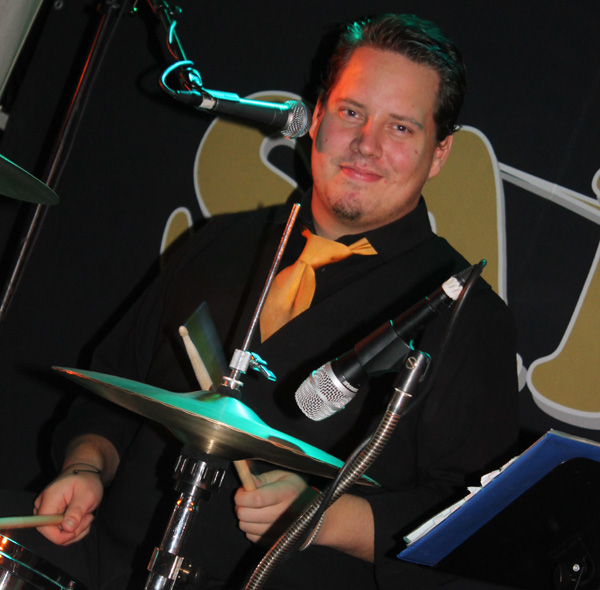 Simon bakom trummorna