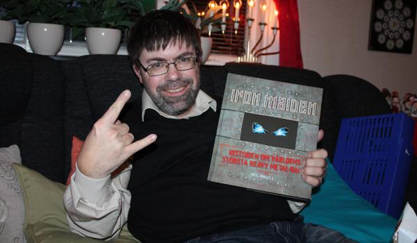 Så här glad blev brorsan för sin bok om Iron Maiden