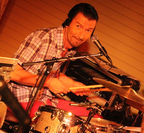 Conny bakom sina trummor
