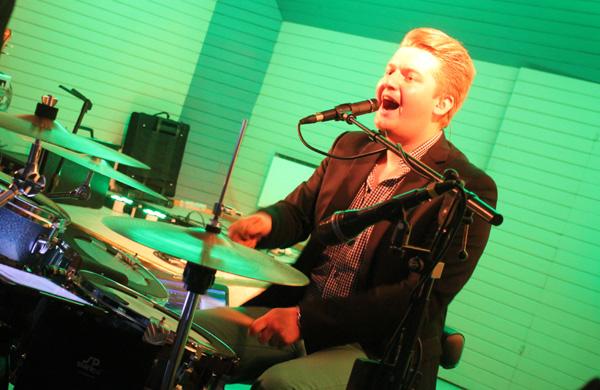 Christoffer Olofsson på trummor