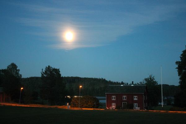 Nattsol över Nyed och Upperud