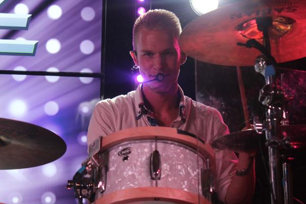 Joel bakom trummorna