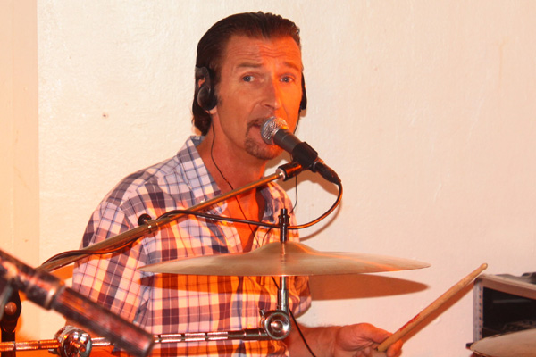 Conny sjunger och spelar trummor