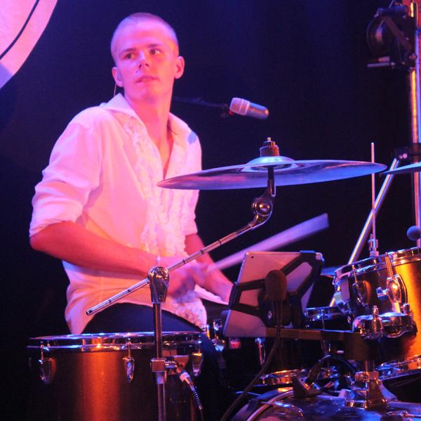 Xerxes Andrén lilrar trummor som aldrig förr