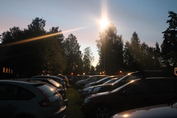 Fullt med bilar på parkeringen