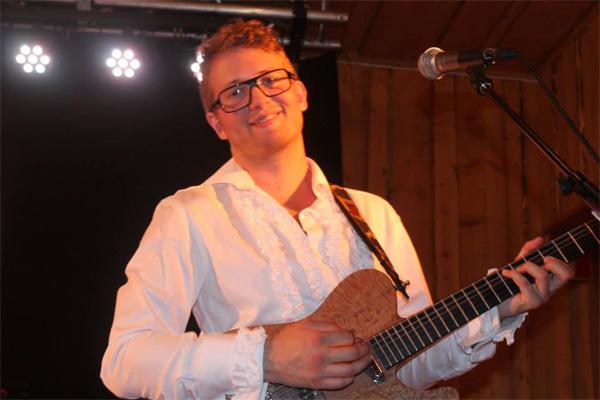 Magnus Heiel Ekeborg med sin läckra gitarr