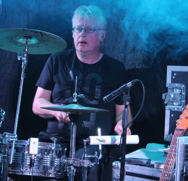 Dick bakom trummorna