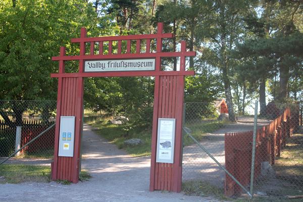 Entrén till Vallby friluftsområde