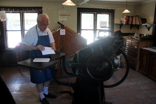 Sten Vedmar bland tryckpressar och maskiner