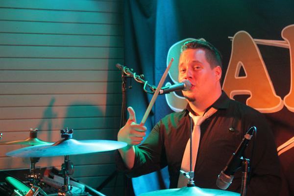 Simon vid sina trummor