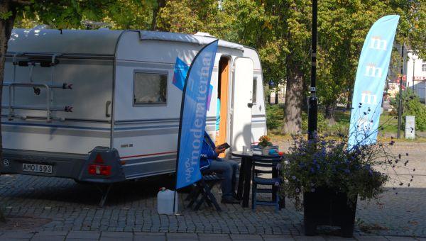 Moderaterna campar på torget