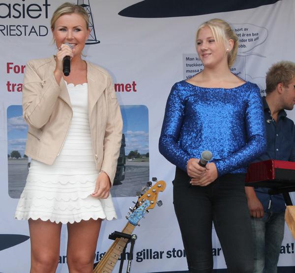 Elisa med en sångerska från Tea Elisa