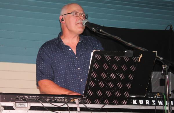 Micke med sin klaviatur