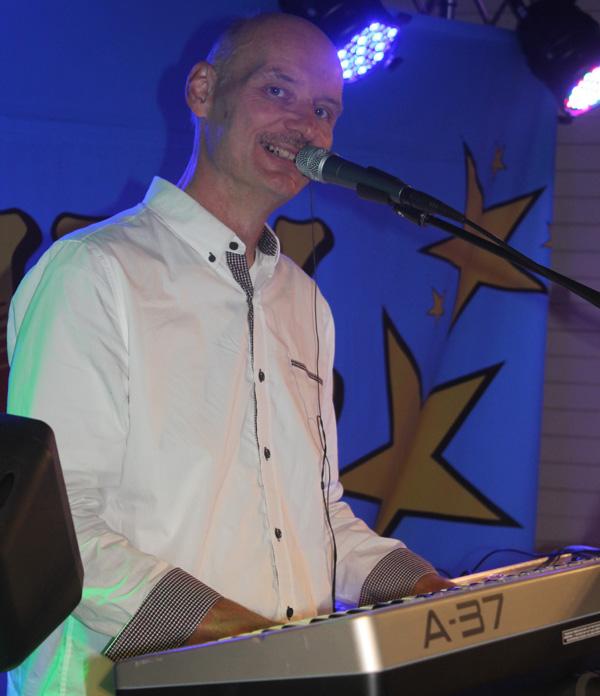Gunnar bakom klaviaturerna