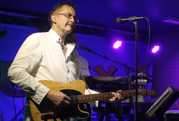 Stefan med sin gitarr