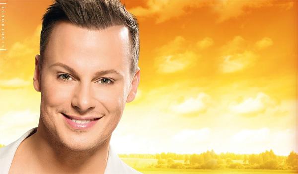 Ikväll lyser Magnus Carlsson upp höstmörkret då han gästar Go'kväll i SVT.