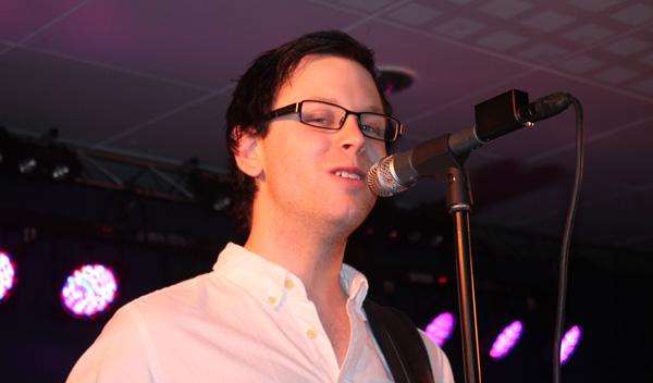 Pierre sjunger