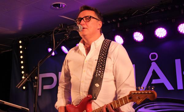 Pelle spelar gitarr