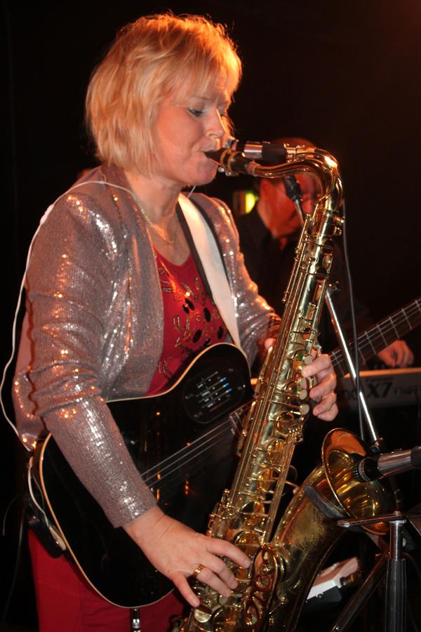 Monica spelar sax