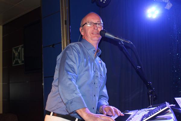 Peter bakom klaviaturen
